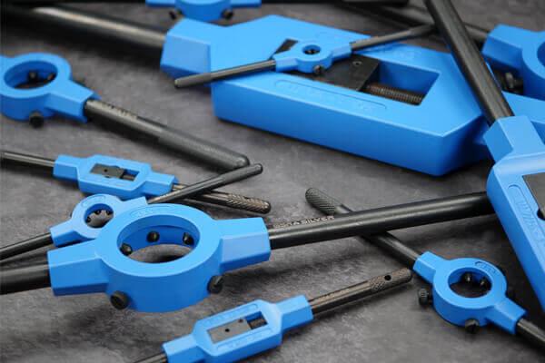 Übersichtsbild Neuheit blaue Haltewerkzeuge mit schwarzen Griffen auf grauen Hintergrund